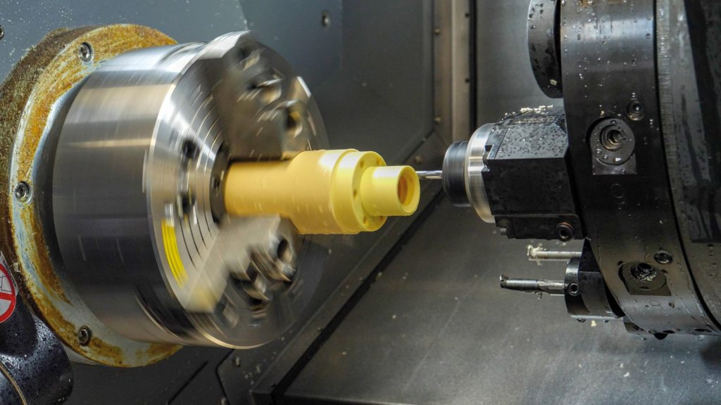Kunststoffe lassen sich einfach bearbeiten. Wenn es genau sein muss, führt jedoch kein Weg um die Dreh- oder Fräsmaschine herum.