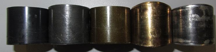 (v.l.n.r.:) Kunststoff: iglidur® Q, iglidur® G, iglidur® Z, Metall: Messing, Stahl+PTFE. Vor allem bei Messing, aber auch Stahl und iglidur® G sind deutliche Längung/Abplattung erkennbar.