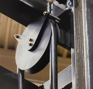 Umlenkrolle mit Chainflexleitung am Mast eines Schmalgangstaplers.