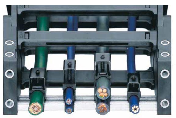 Zugentlastungen für e-ketten® mit Bügelschellen und Druckelementen Das Prinzip der Bügelschellen hat sich als Zugentlastung für igus® e-kettensysteme® gut bewährt. Bügelschellen sind eine geeignete Zugentlastung für alle e-ketten® mit KMA-Anschlusselement und C-Schienen-Option.