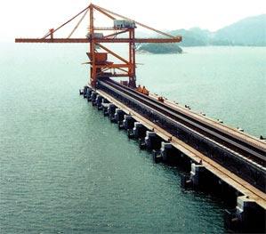 Schiffsentladekran mit einem Verfahrweg von 441m