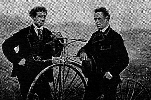 James Moore auf der rechten Seite mit seinem Fahrrad mit Kugellagern