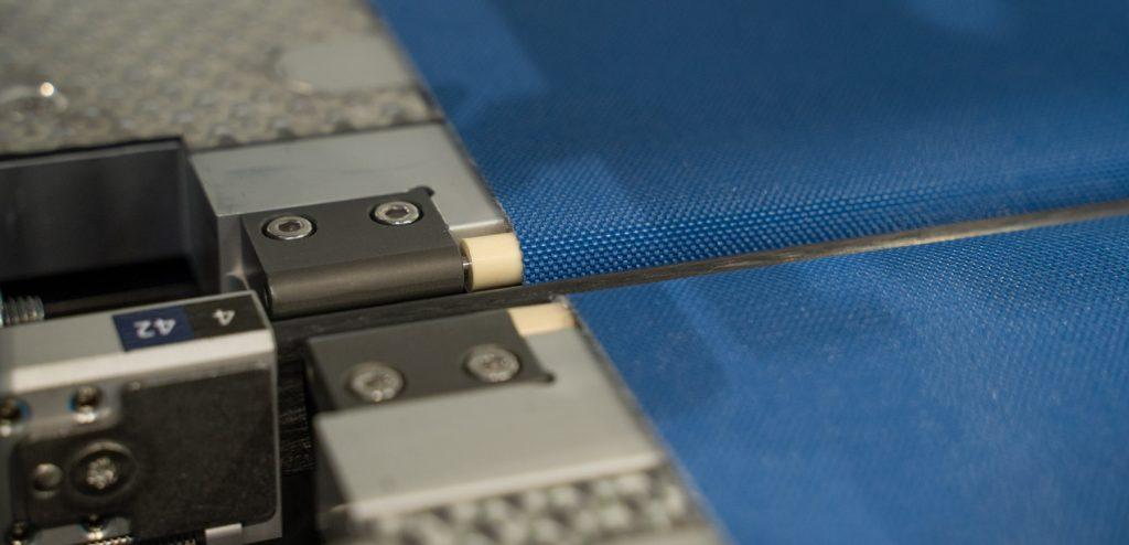 iglidur Messerkantenrollen im Einsatz: Übergang zwischen zwei Transportbändern einer Verpackungsanlage in der Getränkeindustrie