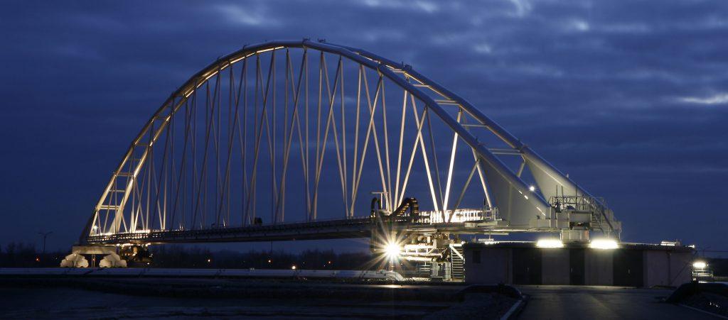 360 Grad drehbare Brücke der Schlickaufbereitungsanlage mit knapp 180 Metern Spannweite