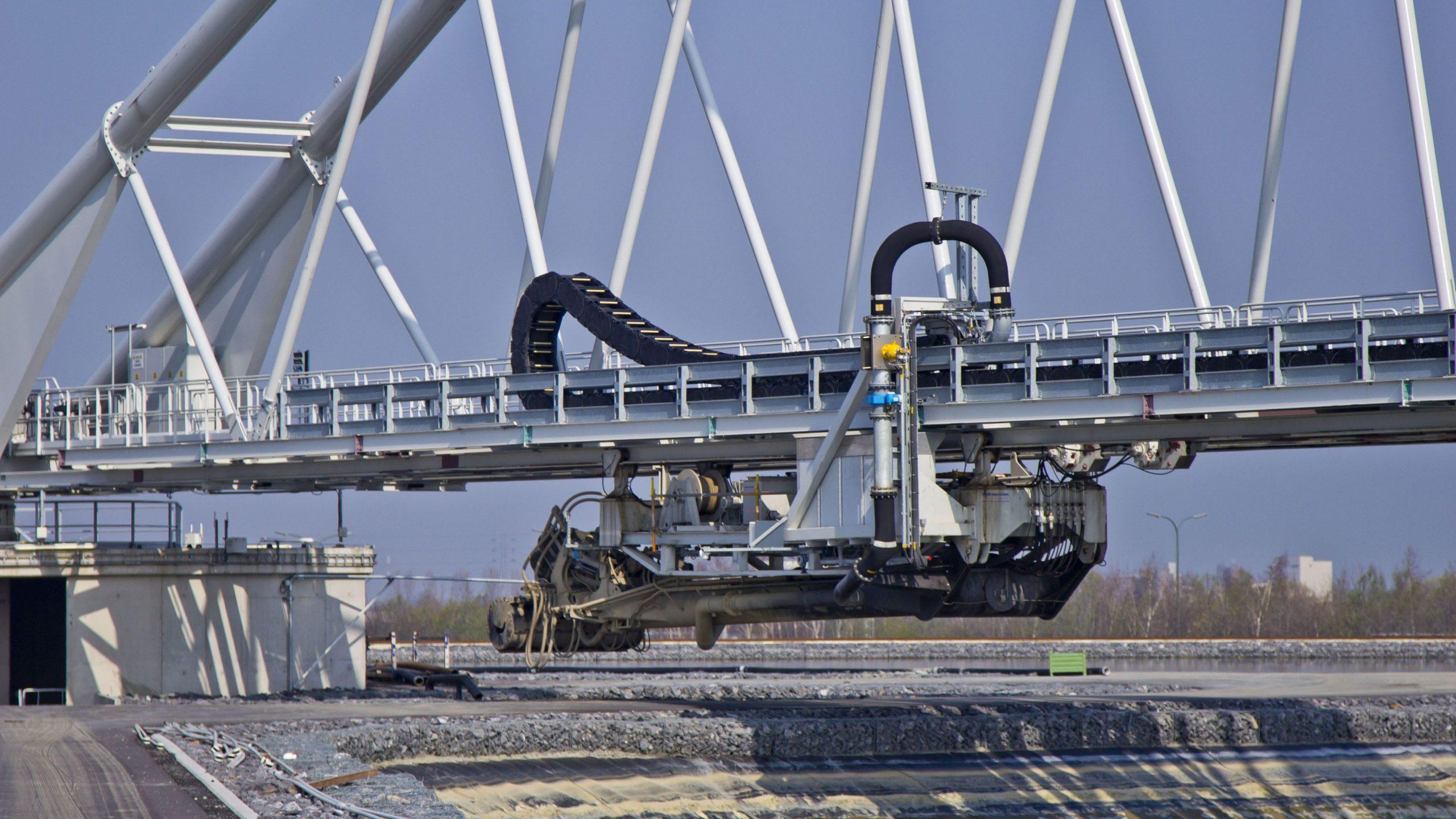 Verfahrbare Pumpeneinheiten der Brücke, im Bild mit eingeklapptem Schwenkarm