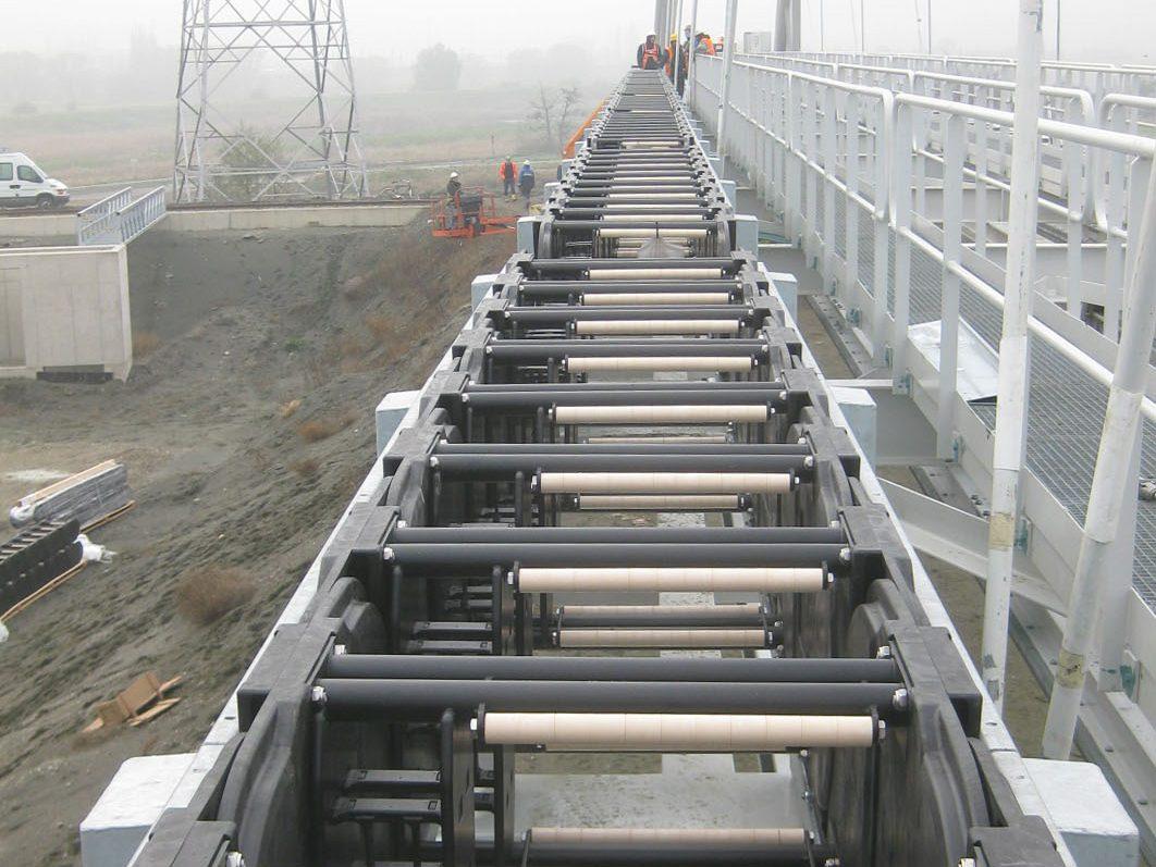 Zusätzliche Innenaufteilung für Strom- und Signalleitungen sowie die Öffnungsstege mit reibungsreduzierenden iglidur-Rollen