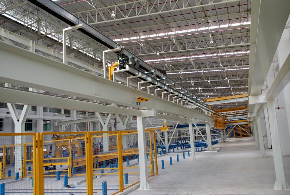 Betonverteileranlage mit teleskopierbarem Energieketten-Rinnen-System